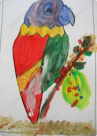 """Учились смешивать цвета. Рисовали, точнее, раскрашивали попугая. Сначала рассматривали яркую игрушку, называли цвета, выяснили, что попугай """"разноцветный""""  фото 6"""