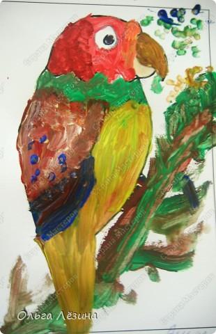 """Учились смешивать цвета. Рисовали, точнее, раскрашивали попугая. Сначала рассматривали яркую игрушку, называли цвета, выяснили, что попугай """"разноцветный""""  фото 1"""