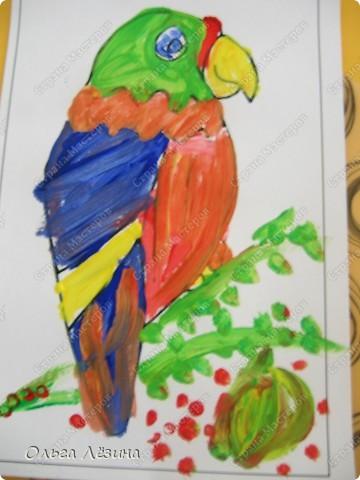 """Учились смешивать цвета. Рисовали, точнее, раскрашивали попугая. Сначала рассматривали яркую игрушку, называли цвета, выяснили, что попугай """"разноцветный""""  фото 5"""