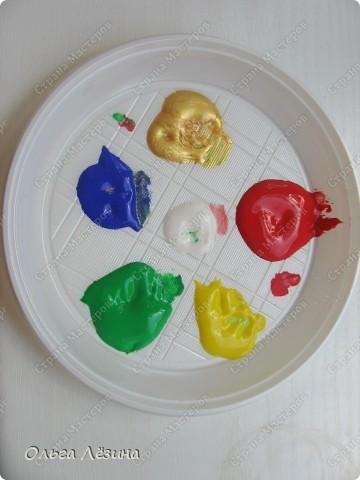"""Учились смешивать цвета. Рисовали, точнее, раскрашивали попугая. Сначала рассматривали яркую игрушку, называли цвета, выяснили, что попугай """"разноцветный""""  фото 2"""