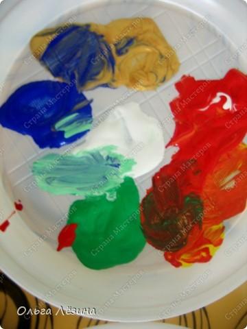"""Учились смешивать цвета. Рисовали, точнее, раскрашивали попугая. Сначала рассматривали яркую игрушку, называли цвета, выяснили, что попугай """"разноцветный""""  фото 3"""