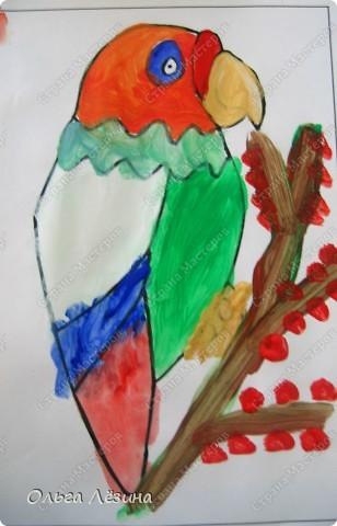 """Учились смешивать цвета. Рисовали, точнее, раскрашивали попугая. Сначала рассматривали яркую игрушку, называли цвета, выяснили, что попугай """"разноцветный""""  фото 4"""