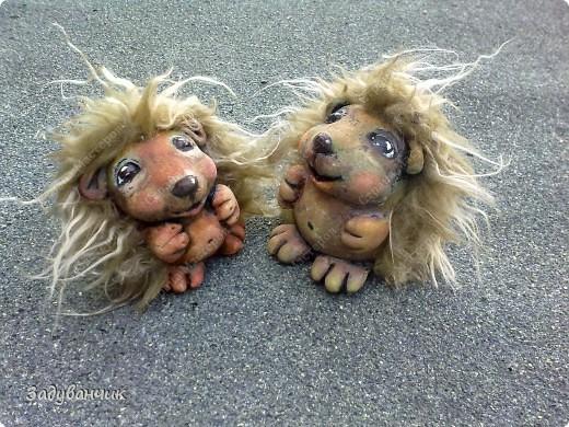 Ёжики, два братца, из солёного теста. Здесь они на крыше, убежали погулять)) фото 1