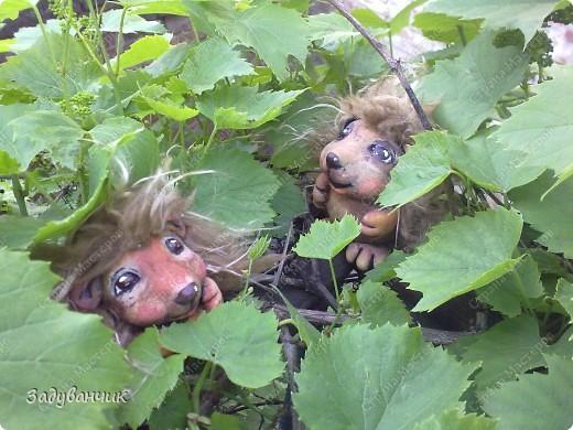 Ёжики, два братца, из солёного теста. Здесь они на крыше, убежали погулять)) фото 3