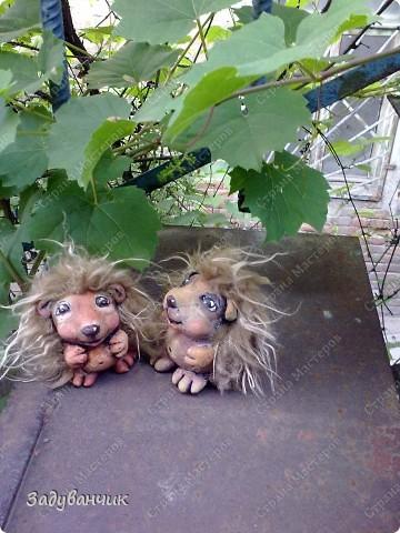 Ёжики, два братца, из солёного теста. Здесь они на крыше, убежали погулять)) фото 2