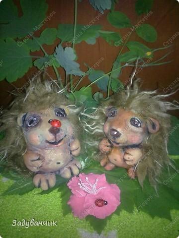 Ёжики, два братца, из солёного теста. Здесь они на крыше, убежали погулять)) фото 7