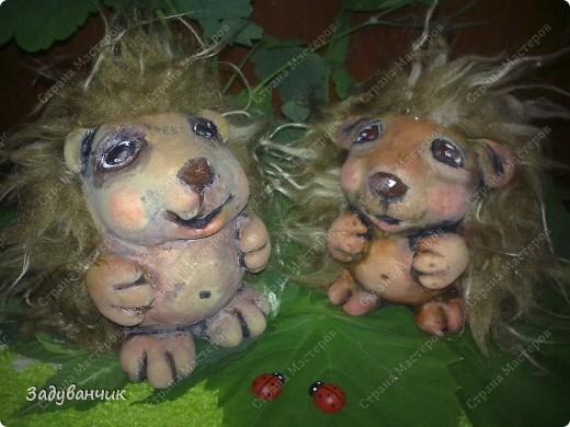 Ёжики, два братца, из солёного теста. Здесь они на крыше, убежали погулять)) фото 10
