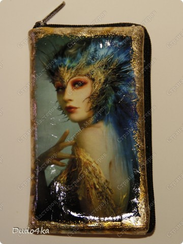 Чехол для телефона, из искусственной кожи, декорированный в технике декупаж, с отделкой золотой окисленной поталью. фото 1