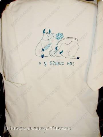 Обычная белая футболка  (на фото, к сожалению, желтоватой получилась) и краски для ткани. Сюжет нашла в интернете. фото 1