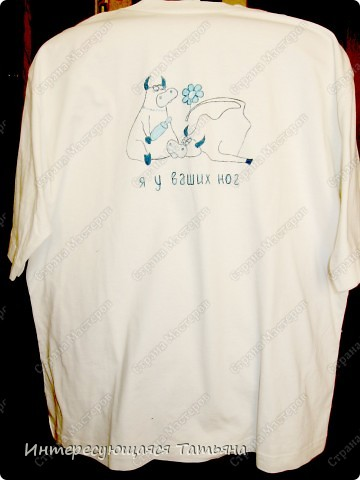 Обычная белая футболка  (на фото, к сожалению, желтоватой получилась) и краски для ткани. Сюжет нашла в интернете. фото 2