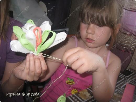 Сегодня вечером Ася приехала с турслёта, и привезла цветы!!!Мне они очень понравились. Я спросила Асю, помнит ли она, как делаются цветы, и Ася без промедления стала мне показывать. Так родился Мастер - класс от Асюши. фото 19
