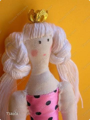 Позвольте представить: Тильда Лилия! Названа в честь своей новой хозяйки. Моя первая принцесска (и надеюсь, не последняя). Долго присматривалась к этим очаровашкам: искала выкройки, материал, декоративные штучки.. фото 2