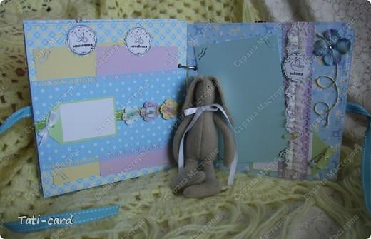 Альбом создавался на заказ для будущего малыша. Поскольку на момент заказа уже был известен пол ребёнка, заказчица выбрала бумагу в голубых тонах! Не смотря на детскую тематику мне захотелось смягчить бумагу, поэтому в альбом много вязанных элементов! :) В фотосессии использовался зайка, созданный моей подругой Татьяной Любимовой (http://stranamasterov.ru/user/90269) фото 4