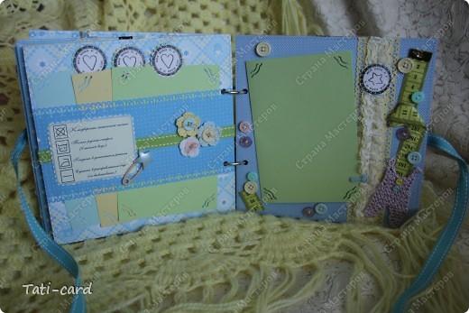 Альбом создавался на заказ для будущего малыша. Поскольку на момент заказа уже был известен пол ребёнка, заказчица выбрала бумагу в голубых тонах! Не смотря на детскую тематику мне захотелось смягчить бумагу, поэтому в альбом много вязанных элементов! :) В фотосессии использовался зайка, созданный моей подругой Татьяной Любимовой (http://stranamasterov.ru/user/90269) фото 8