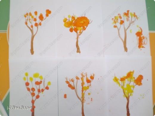 Перебирала свои фотографии, нашла кое-что из детского творчества, которое фотографировала в течение года. Подсолнух. Рисование пальчиками. Стебель и листья рисовала сама, дети рисовали пальцами цветок. фото 2