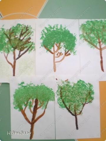 Перебирала свои фотографии, нашла кое-что из детского творчества, которое фотографировала в течение года. Подсолнух. Рисование пальчиками. Стебель и листья рисовала сама, дети рисовали пальцами цветок. фото 3