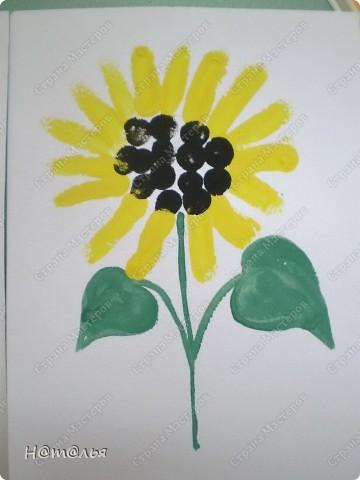 Перебирала свои фотографии, нашла кое-что из детского творчества, которое фотографировала в течение года. Подсолнух. Рисование пальчиками. Стебель и листья рисовала сама, дети рисовали пальцами цветок. фото 1