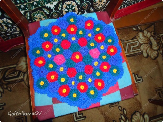 Очень теплый и объемный коврик. Вяжется из отдельных мотивов, а затем соединяется.  Вязала по видео:   http://m-zadina.ru/iz-prochego-xlama/iz-ostatkov-nitok-pryazhi/sekret-vyazaniya-yaponskix-kovrikov.html