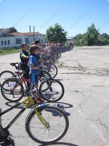 28 мая проходил Всеукраинский велодень. Наши активисты-велосипедисты во главе с руководителем кружка велосипедного туризма нашей СЮТ инициировали проведение велодня и у нас в городе. Выставляю их так поздно потому, что только сегодня собрала весь материал, как говорится, в кучку. То есть некоторые фото здесь сделаны не мной, а нашим бессменным и неутомимым оператором Женей, за что ему отдельное спасибо :) фото 10