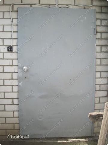 Вот что на меня нашло... за десять минут ни в чем неповинную дверь просто взяла и в прямом смысле слова очернила))) Просто стоял баллончик краски черной -остатки после покраски рамы. Ну и стоял бы дальше, все равно цвет к двери неподходящий. Хорошо еще, что дверь подальше от зрителей -надеюсь, успею закрасить, пока никто не увидел :) фото 1
