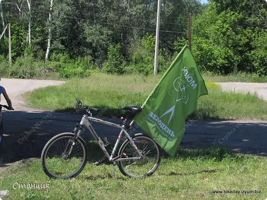 28 мая проходил Всеукраинский велодень. Наши активисты-велосипедисты во главе с руководителем кружка велосипедного туризма нашей СЮТ инициировали проведение велодня и у нас в городе. Выставляю их так поздно потому, что только сегодня собрала весь материал, как говорится, в кучку. То есть некоторые фото здесь сделаны не мной, а нашим бессменным и неутомимым оператором Женей, за что ему отдельное спасибо :) фото 1