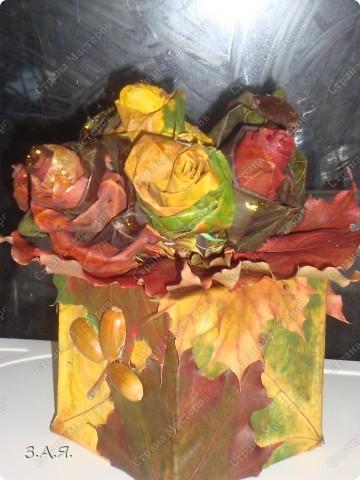 Букет вставлен в коробку обклеянную кленовыми листьями. фото 3