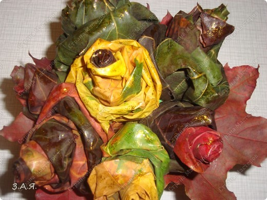 Букет вставлен в коробку обклеянную кленовыми листьями. фото 2
