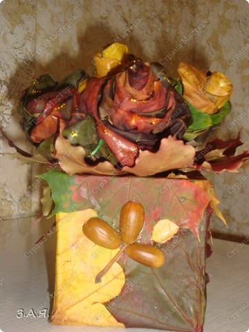 Букет вставлен в коробку обклеянную кленовыми листьями. фото 1