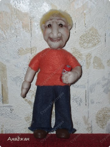 Мистер Икс, имени его не знаю. Иностранных кровей. Росточком  маленький, 20 см. Заказали куклу с ладошку, но чтобы сделать более длинные ноги (человек высокий) пришлось прибавить в росте. Шила по фотографии, муж сказал поразительное сходство.  В руках баночка колы. Тело каркасное, гнется во все стороны фото 1