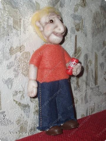 Мистер Икс, имени его не знаю. Иностранных кровей. Росточком  маленький, 20 см. Заказали куклу с ладошку, но чтобы сделать более длинные ноги (человек высокий) пришлось прибавить в росте. Шила по фотографии, муж сказал поразительное сходство.  В руках баночка колы. Тело каркасное, гнется во все стороны фото 3