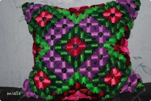 Вот такую подушку вышивали когда-то в школе =) К сожалению, я не знаю, как называется эта техника, но в основе лежит обычный крестик фото 1