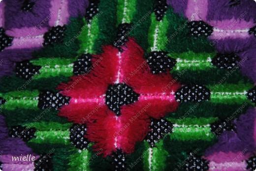 Вот такую подушку вышивали когда-то в школе =) К сожалению, я не знаю, как называется эта техника, но в основе лежит обычный крестик фото 2