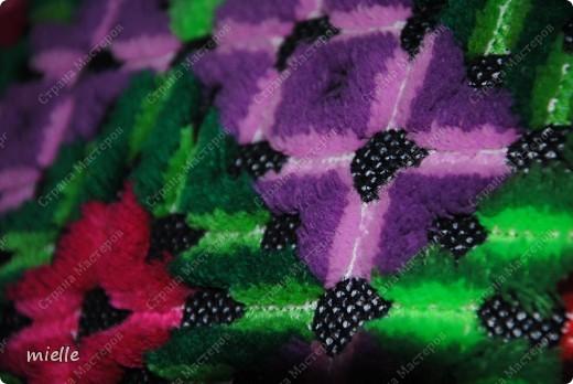 Вот такую подушку вышивали когда-то в школе =) К сожалению, я не знаю, как называется эта техника, но в основе лежит обычный крестик фото 3