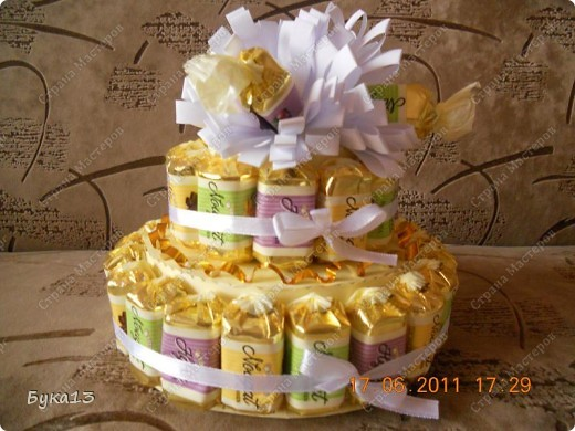 Вот такой тортик у меня получился. МК по изготовлению ромашки взяла у МариНОЧКИ http://stranamasterov.ru/node/148902