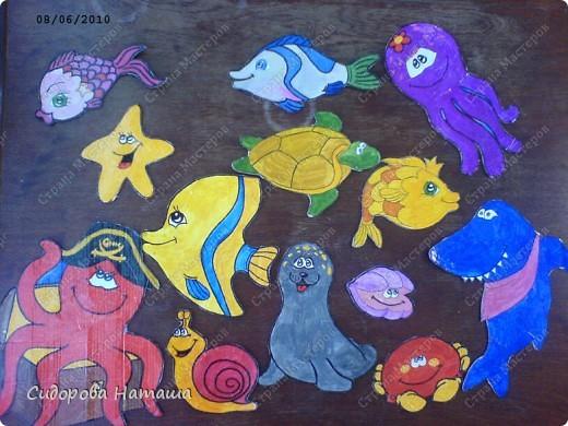 Рыбки нарисованы гуашью на бумаге,  приклеены к картону и обклеены скотчем..... знаете же детей .... слюньки:) вы наверно подумаете...сколько же магнитиков надо?!... фото 1