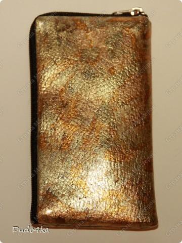 Чехол для телефона, из искусственной кожи, декорированный в технике декупаж, искусственно состаренный, с отделкой золотой окисленной поталью. фото 2