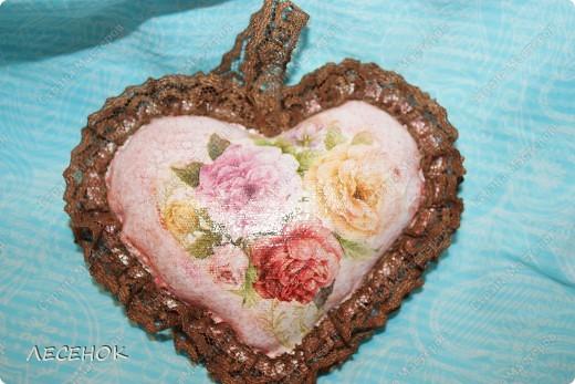 """Вот такое настроение и такая работа родилась, глядя на столь чудесное творение природы, цветок, который растет у нас в саду. Дицентру называют ласково и немного грустно: """"Разбитое сердце"""" по-русски, """"Сердечко Жаннетты"""" по-французски, """"Цветок сердца"""" по-немецки, """"Истекающее кровью сердце"""" по-английски... И все за оригинальную форму цветков: они напоминают маленькое расколотое пополам сердечко.    Наши с Вами сердца племенные, страстные, любящие, заботливые, ласковые, нежные и просто материнские.  Очень хочется, что бы Ваши сердца ни когда не унывали, не расстраивались, не печалились, всегда любили, радовались, бились в унисон с любимыми людьми.                       Любите друг друга, радуйтесь каждому дню, цените друг друга, радуйтесь детским шалостям и улыбкам своих детей, хвалите их, обнимайте, целуйте часто и будьте счастливы!!! Мы желаем Вам это от всего сердца…  фото 2"""