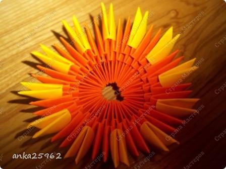Для корзинки понадабиться: (1 лист - 25 модулей.6х4) 15 оранж. листов 7 желтых Для цветов: 3 красных 2 синих 2 голубых 35 модулей зеленых ярко-желтых(6х6) 7 штук для серединки Для листьев: 2 зел.листа(5х5) и ещё: блеск золотистый, 2 ленты зелёных(по 0,5 метра) 7 зубочисток, 50х50 см гофро-бумаги фото 3