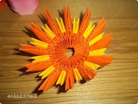 Для корзинки понадабиться: (1 лист - 25 модулей.6х4) 15 оранж. листов 7 желтых Для цветов: 3 красных 2 синих 2 голубых 35 модулей зеленых ярко-желтых(6х6) 7 штук для серединки Для листьев: 2 зел.листа(5х5) и ещё: блеск золотистый, 2 ленты зелёных(по 0,5 метра) 7 зубочисток, 50х50 см гофро-бумаги фото 7