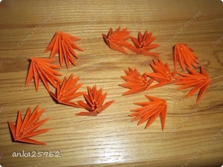 Для корзинки понадабиться: (1 лист - 25 модулей.6х4) 15 оранж. листов 7 желтых Для цветов: 3 красных 2 синих 2 голубых 35 модулей зеленых ярко-желтых(6х6) 7 штук для серединки Для листьев: 2 зел.листа(5х5) и ещё: блеск золотистый, 2 ленты зелёных(по 0,5 метра) 7 зубочисток, 50х50 см гофро-бумаги фото 9