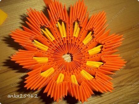 Для корзинки понадабиться: (1 лист - 25 модулей.6х4) 15 оранж. листов 7 желтых Для цветов: 3 красных 2 синих 2 голубых 35 модулей зеленых ярко-желтых(6х6) 7 штук для серединки Для листьев: 2 зел.листа(5х5) и ещё: блеск золотистый, 2 ленты зелёных(по 0,5 метра) 7 зубочисток, 50х50 см гофро-бумаги фото 10