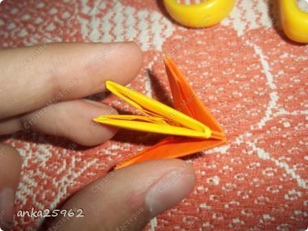 Для корзинки понадабиться: (1 лист - 25 модулей.6х4) 15 оранж. листов 7 желтых Для цветов: 3 красных 2 синих 2 голубых 35 модулей зеленых ярко-желтых(6х6) 7 штук для серединки Для листьев: 2 зел.листа(5х5) и ещё: блеск золотистый, 2 ленты зелёных(по 0,5 метра) 7 зубочисток, 50х50 см гофро-бумаги фото 15