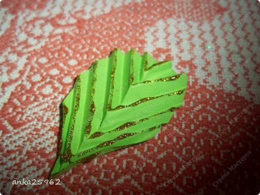 Для корзинки понадабиться: (1 лист - 25 модулей.6х4) 15 оранж. листов 7 желтых Для цветов: 3 красных 2 синих 2 голубых 35 модулей зеленых ярко-желтых(6х6) 7 штук для серединки Для листьев: 2 зел.листа(5х5) и ещё: блеск золотистый, 2 ленты зелёных(по 0,5 метра) 7 зубочисток, 50х50 см гофро-бумаги фото 21