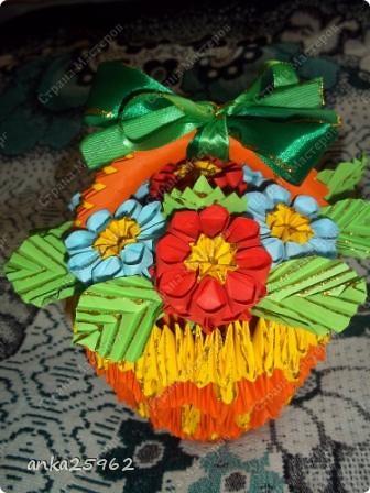 Для корзинки понадабиться: (1 лист - 25 модулей.6х4) 15 оранж. листов 7 желтых Для цветов: 3 красных 2 синих 2 голубых 35 модулей зеленых ярко-желтых(6х6) 7 штук для серединки Для листьев: 2 зел.листа(5х5) и ещё: блеск золотистый, 2 ленты зелёных(по 0,5 метра) 7 зубочисток, 50х50 см гофро-бумаги фото 1