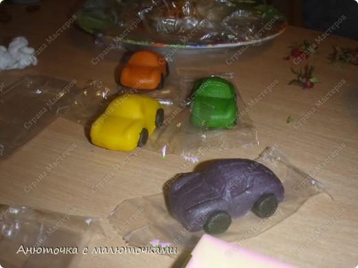 Здравствуйте, уважаемые гости :) Моим двойняшкам исполнилось 5 лет :) И решила я забабахать какой-нибудь необычный тортик :) И пренепременно с мастикой :) Вот что получилось: фото 6