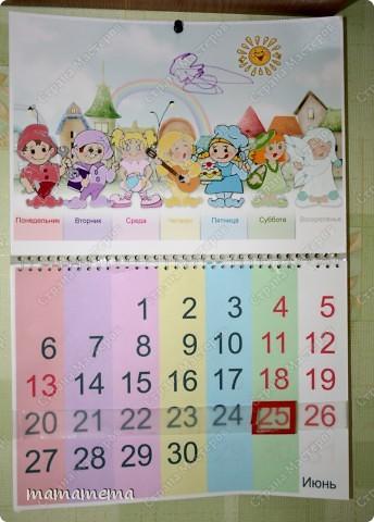 Хочу рассказать, как мы с дочкой учим дни недели. Этот отрывной календарик я сделала для дочки из обычного офисного календаря. Идею с гномиками-днями мне подкинула моя родственница (педагог). Каждый гном имеет свой цвет и характер. Человечков рисовала сама, потом оцифровывала в фотошопе и компоновала в картинку (синяя тучка уже дочкина доработка:))) Каждое утро дочка сама передвигает квадратик на нужный день, заодно и цифры учим. фото 1
