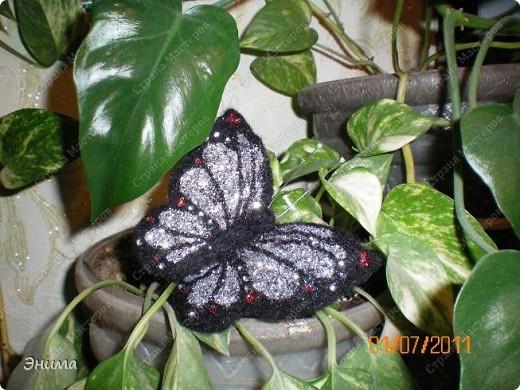 """Вот такую бабочку я сваляла. Валяла по шаблону, тонкой иголкой (о том, как валять по шаблону я рассказывала в МК """"Котик в цветах""""). Сначала сваляла крылья, потом отдельно голову и тело.  фото 3"""