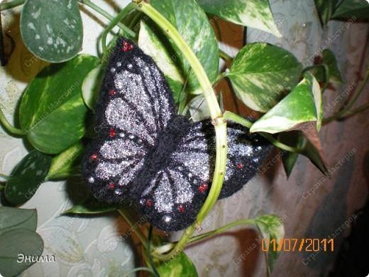 """Вот такую бабочку я сваляла. Валяла по шаблону, тонкой иголкой (о том, как валять по шаблону я рассказывала в МК """"Котик в цветах""""). Сначала сваляла крылья, потом отдельно голову и тело.  фото 4"""