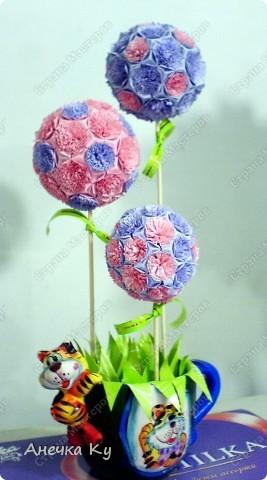 Вот моя небольшая фантазия! Три миленьких деревца: Кусудамки с цветочками. Ствол: Бамбуковые шпажки а держится это всё с помощью гипса в кружке) Ушло на это дельце где-то три вечера.   фото 1