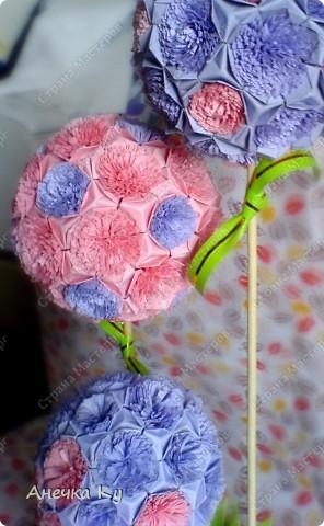 Вот моя небольшая фантазия! Три миленьких деревца: Кусудамки с цветочками. Ствол: Бамбуковые шпажки а держится это всё с помощью гипса в кружке) Ушло на это дельце где-то три вечера.   фото 2